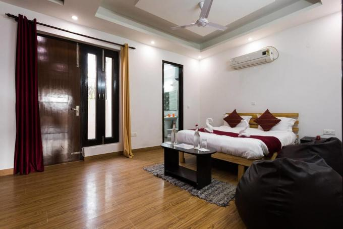 Guest House 270 Sq.Yds. 11 Rooms Furnished Guest House Lease SUSHANT LOK PHASE I Gurgaon